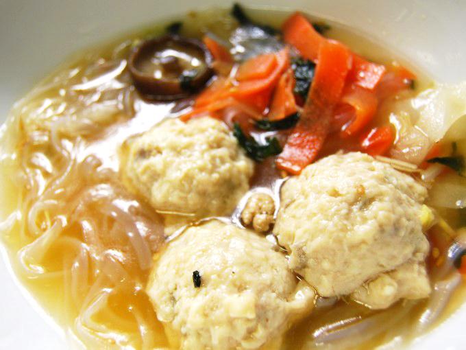 お皿に移した「鶏と蓮根のつくね入り和風スープ」のアップ画像