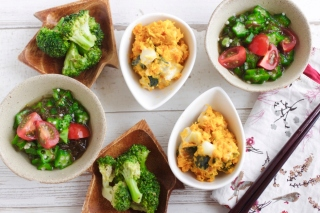 3品の野菜の副菜が並んでいる