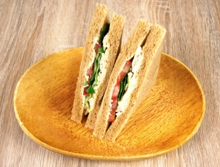 「太りにくいうえに絶品でパーフェクト」鉄板の組み合わせ「サラダチキンとトマト」がファミマに新登場