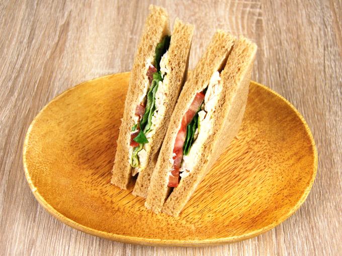 お皿に移した「全粒粉サンド サラダチキンとトマト」の画像