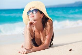海でサングラスをかけた女性の画像