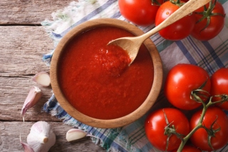 生のトマトと器に入ったトマトペースト