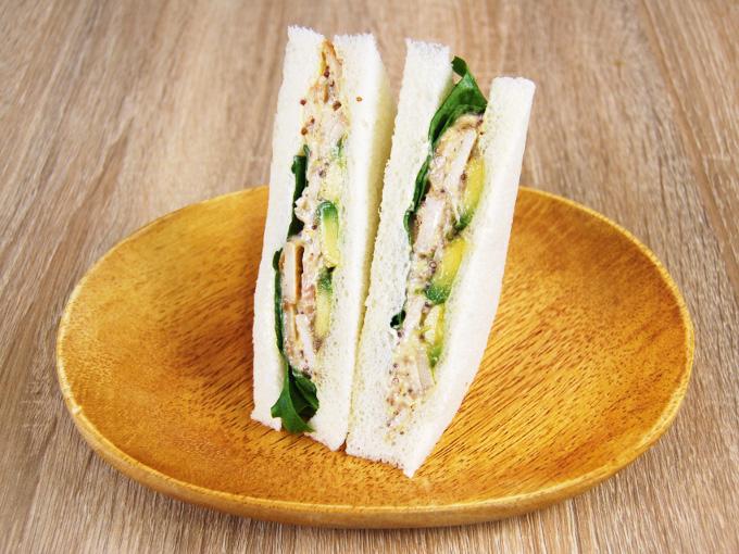 お皿に移した「アボカド&チキン(ハニーマスタード)」の画像