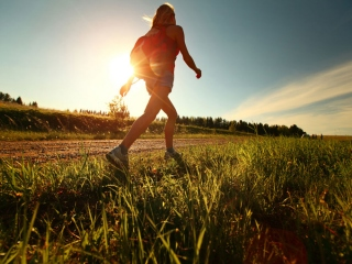 草道を歩いている女性の画像