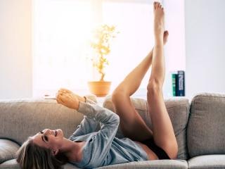 ソファで脚を上げる女性の画像