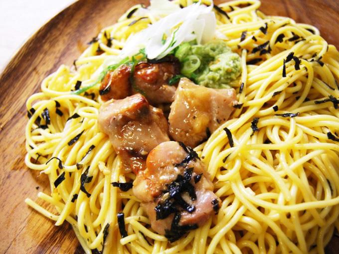 お皿に移した「鶏塩焼とわさびの和パスタ」のアップ画像