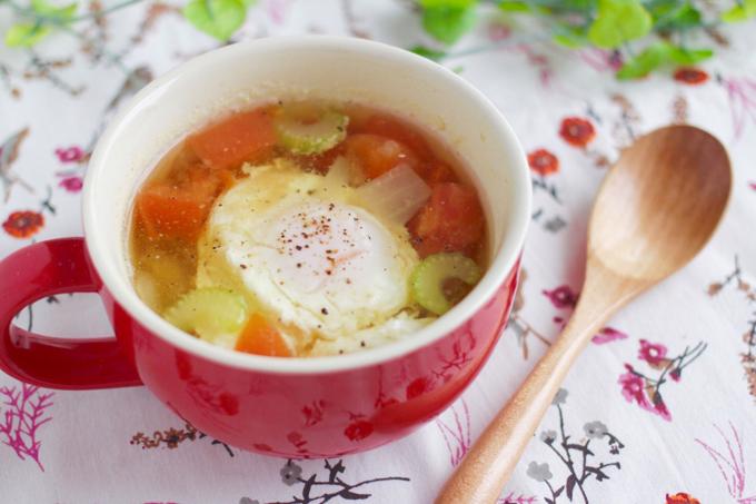 セロリとトマトと落とし卵のスープ