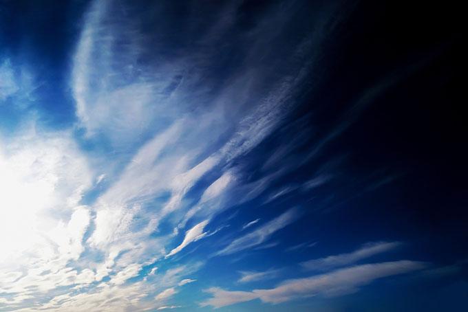 青空にシャープな龍の雲