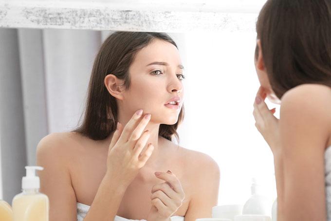 女性が鏡を見ている