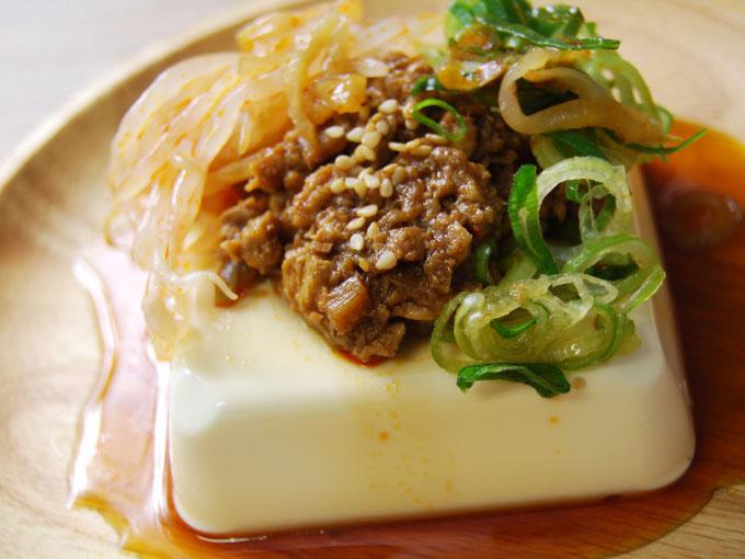 お皿に移した「ピリ辛肉そぼろのおつまみ冷やっこ」のアップ画像