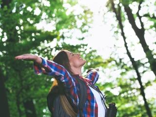 森で深呼吸する女性の画像