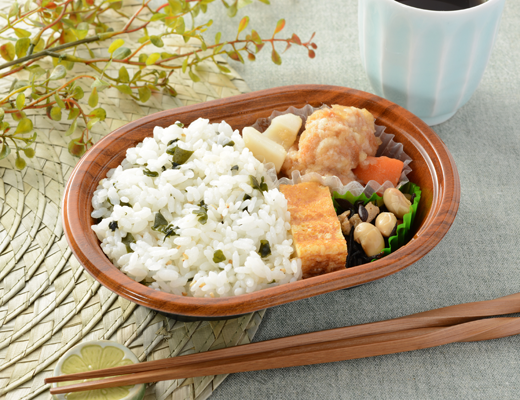 公式サイトで掲載された「わかめご飯と鶏唐揚のみぞれあん仕立て弁当」の画像