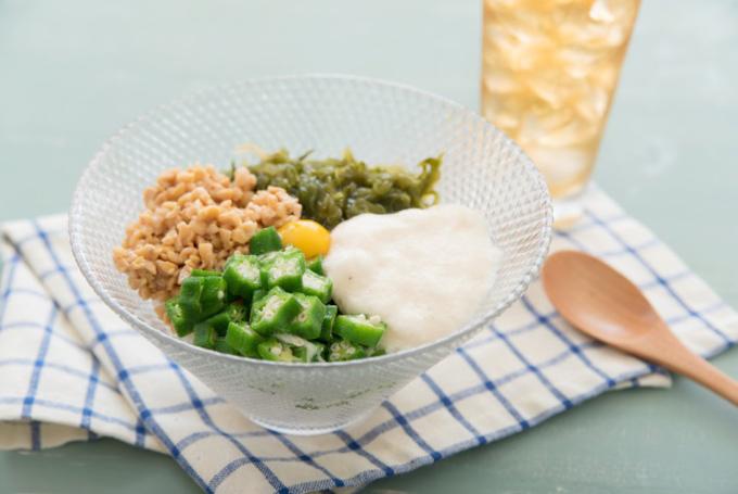 納豆、オクラ、卵などカラフルなひと皿