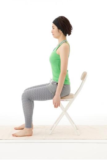 椅子に浅く腰をかける写真