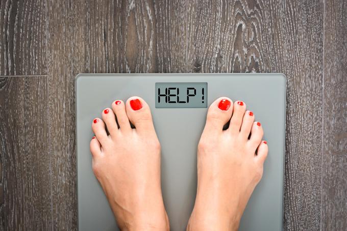 体重計にのっている画像