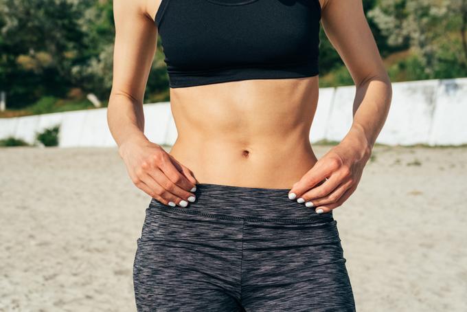 お腹の筋肉を見せている女性の画像
