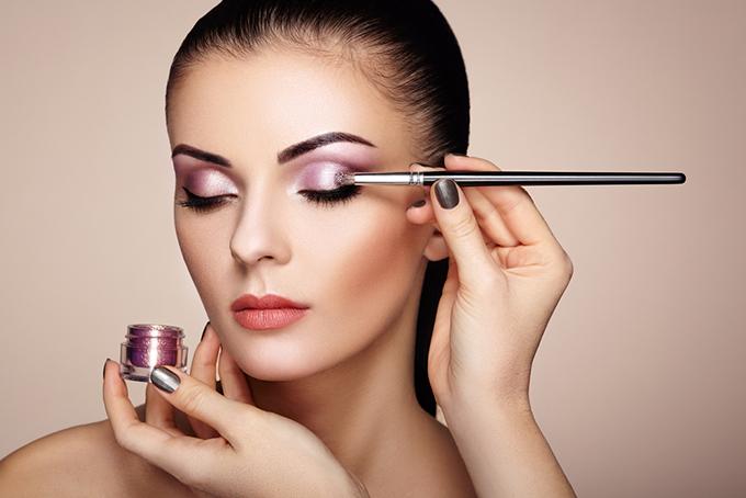 紫のアイシャドーを塗られている女性の画像