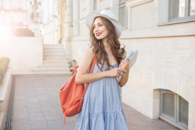 ワンピースを着て街を歩く女性