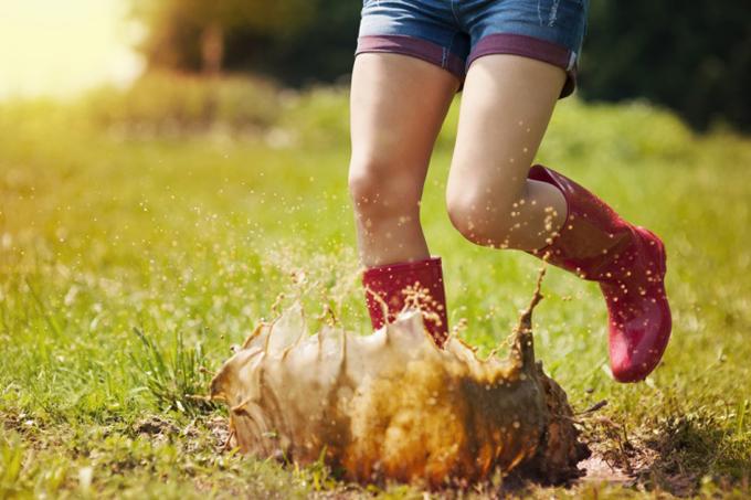 泥水に勢いよく入る女性の足元