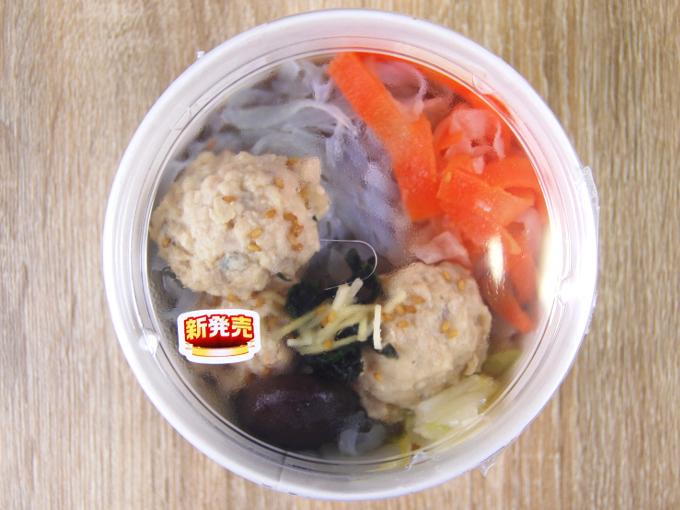 容器に入った「鶏と蓮根のつくね入り和風スープ」の画像