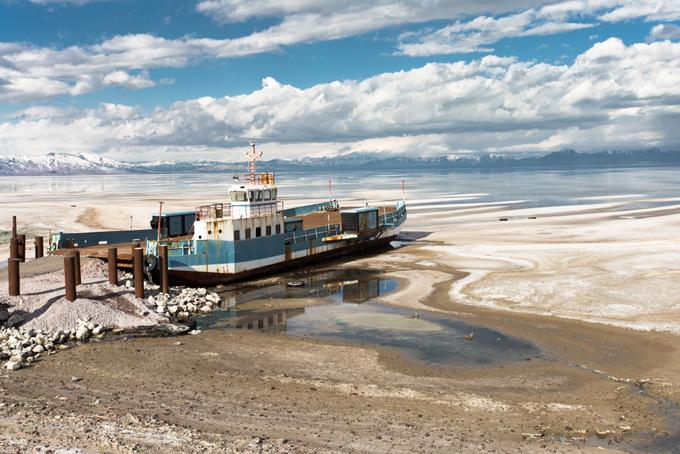 船が浮いているウルミエ湖の画像