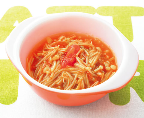 トマトとえのきを混ぜた料理がお皿に入っている