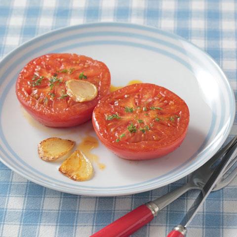 半分に切ったトマトを焼いたものがお皿に乗っている
