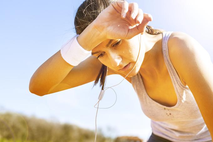 運動して汗だくになっている女性の画像