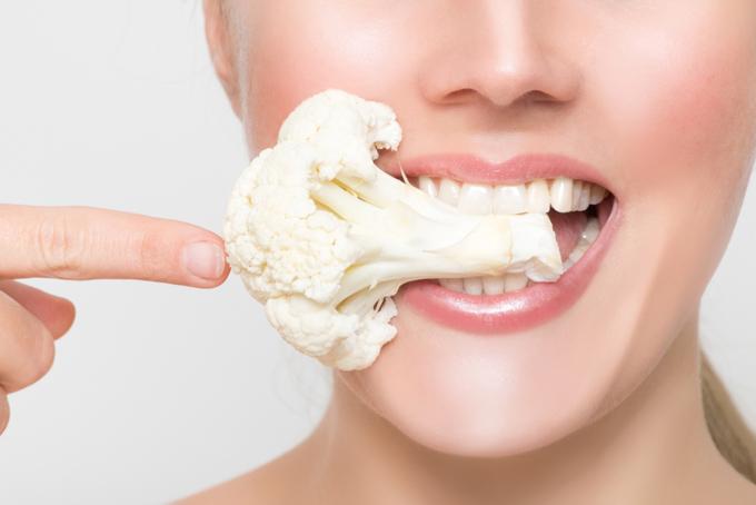 カリフラワーを食べている女性の画像