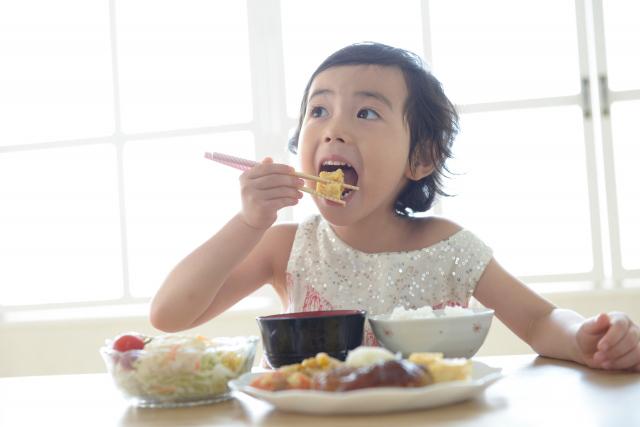 子供がごはんを食べている