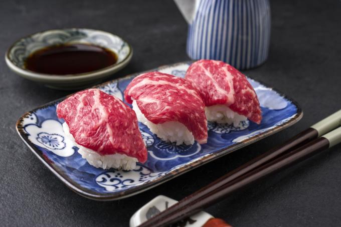3つ並んだ肉寿司の画像