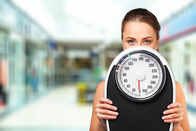 体重計を手にする女性