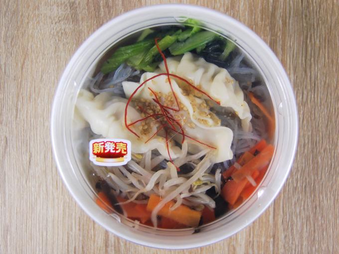 容器に入った「餃子と野菜の春雨スープ」の画像