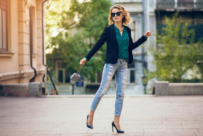 ヒールで街を歩く女性