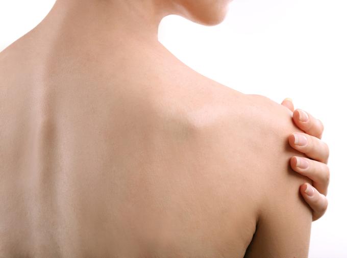 女性の肩の画像