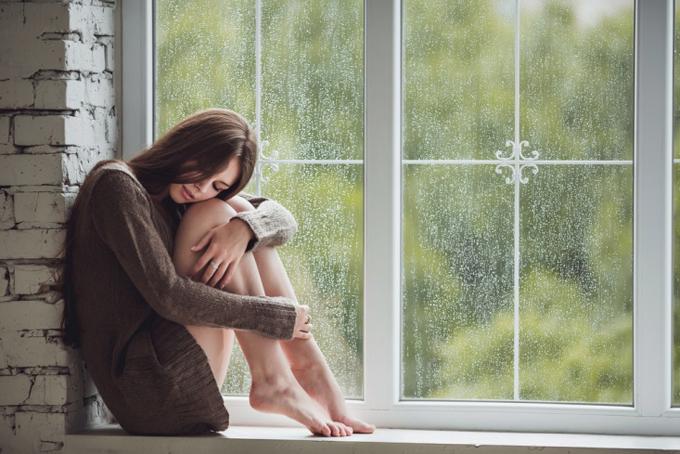 雨の日にゆううつそうな女性