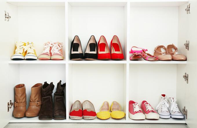 色とりどりの靴が並んだ靴箱の画像