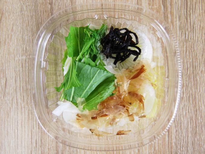 容器の蓋を外した「淡路島産新玉葱のおつまみサラダ」の画像