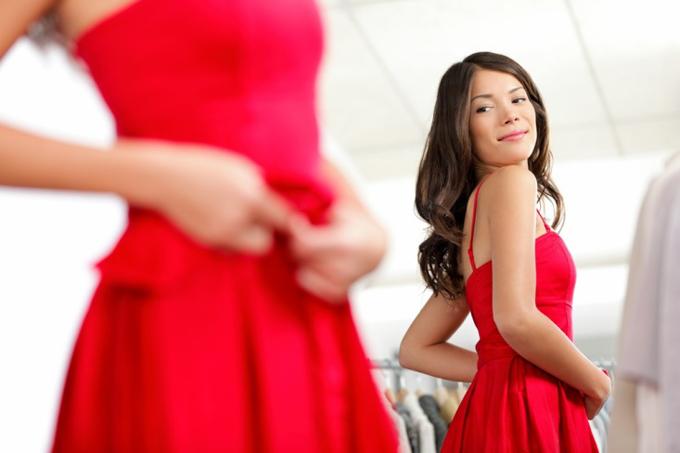 鏡でスタイルをチェックする女性
