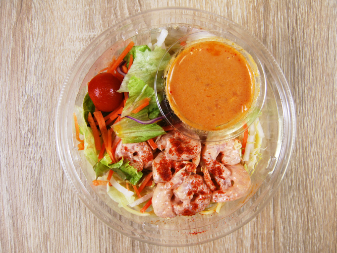 容器の蓋を外した「海老のトマトクリームパスタサラダ」の画像