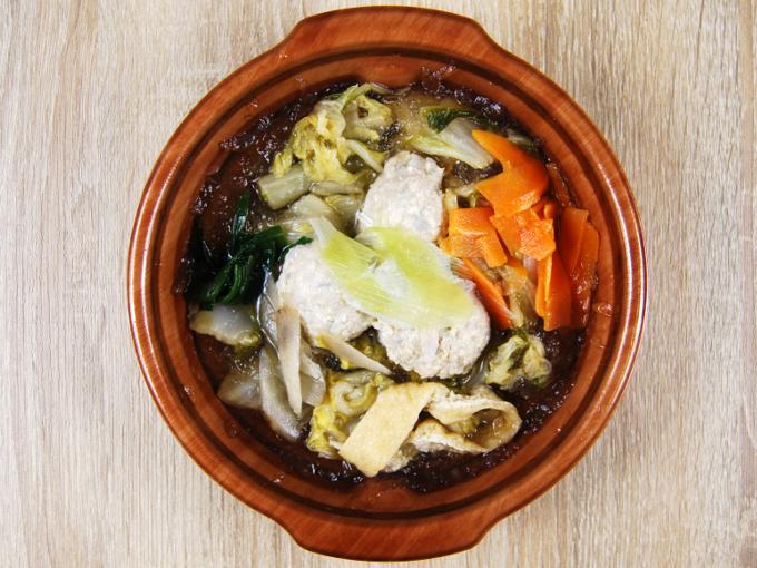 容器のフタを外した「1日に必要とされる野菜1/2が摂れる鶏団子鍋」の画像