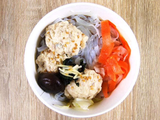 容器の蓋を外した「鶏と蓮根のつくね入り和風スープ」の画像