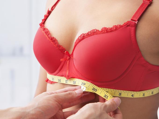 バストのアンダーサイズを測る女性