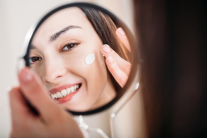 手鏡を使っている女性の画像