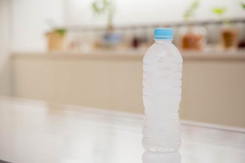 机に置かれた水の入ったペットボトル