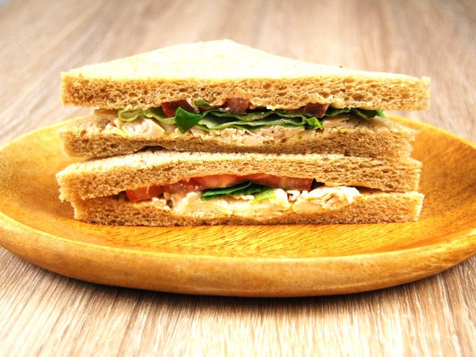 お皿に移した「全粒粉サンド サラダチキンとトマト」を横にした画像