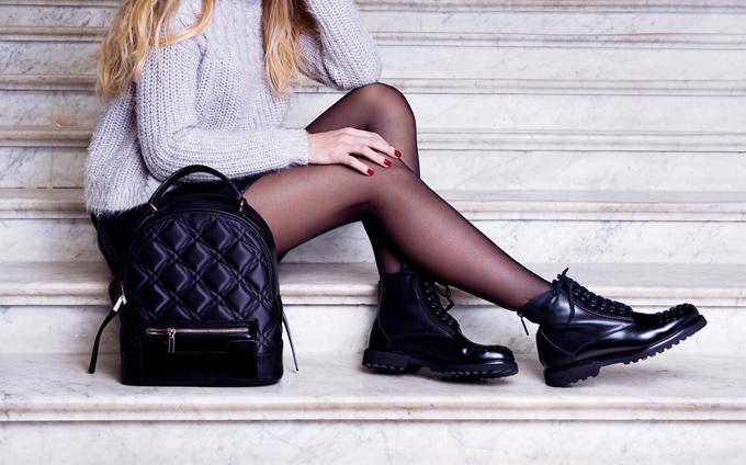 黒いストッキングとブーツを履いた女性の足の画像