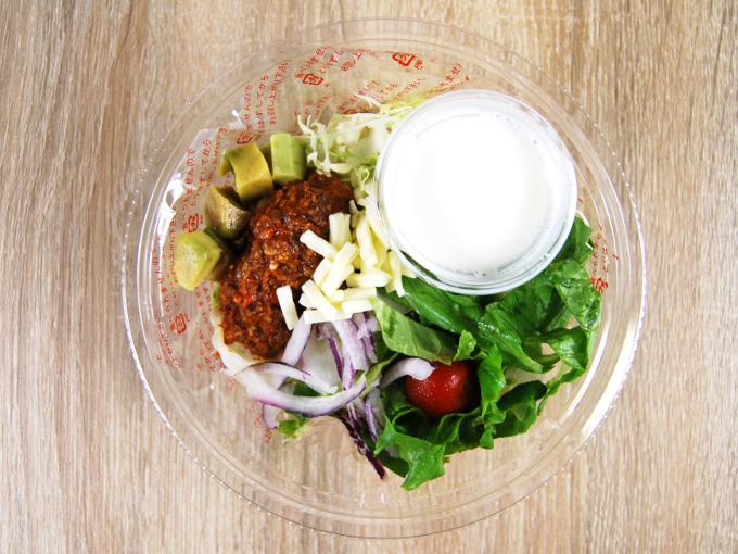 容器のフタ外した「トルティーヤチップと食べる! ざくざくサラダ」の画像