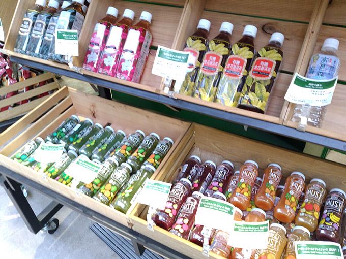 スーパーの外に置かれているオーガニック飲料