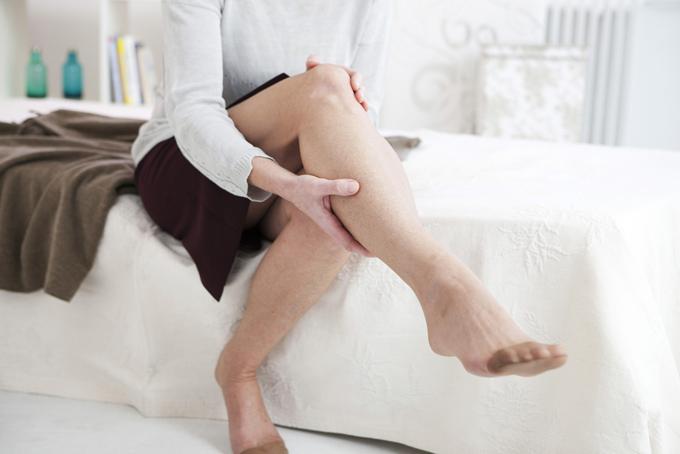 片足を手でマッサージしている女性の画像